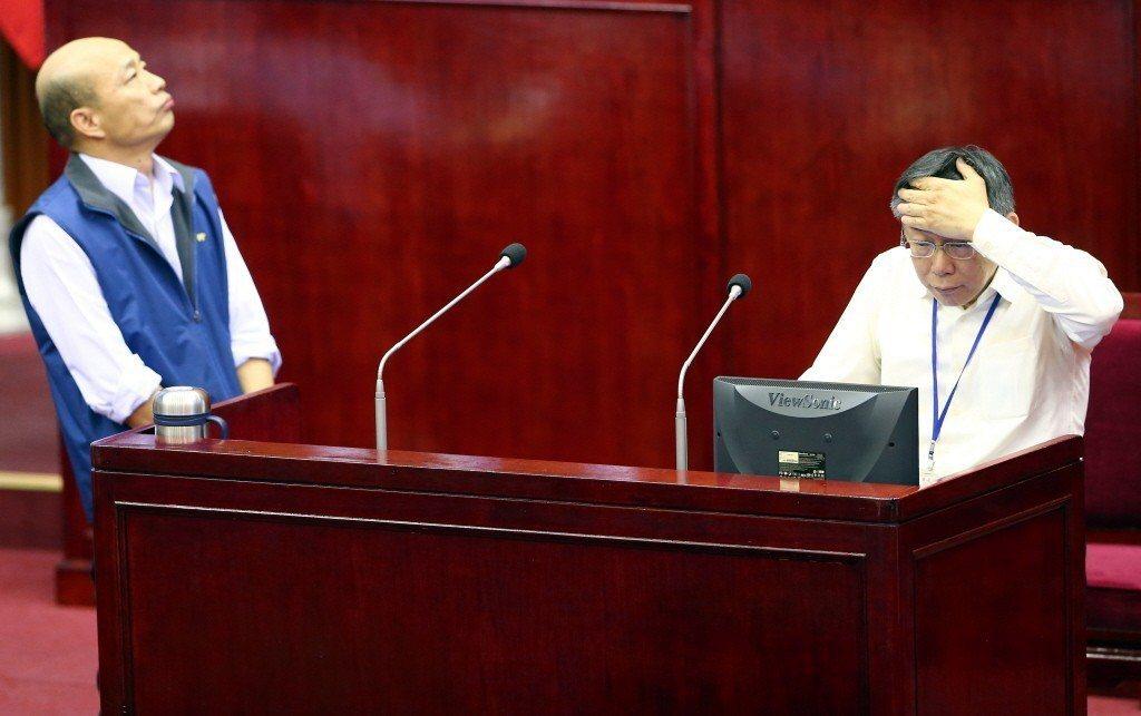 面對高雄市長韓國瑜高人氣(左),台北市長柯文哲(右)暗中較勁。圖為韓國瑜任職北農...