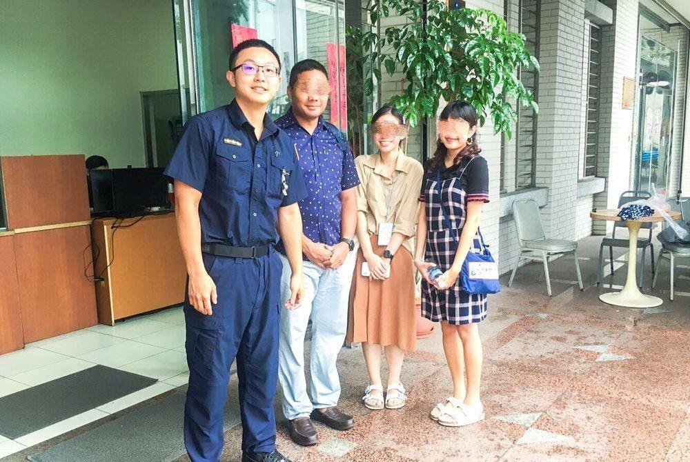 中山分局建國派出所警員丁昇重(左1)透過IG幫3名泰國旅客尋回皮夾。記者蔡翼謙/...