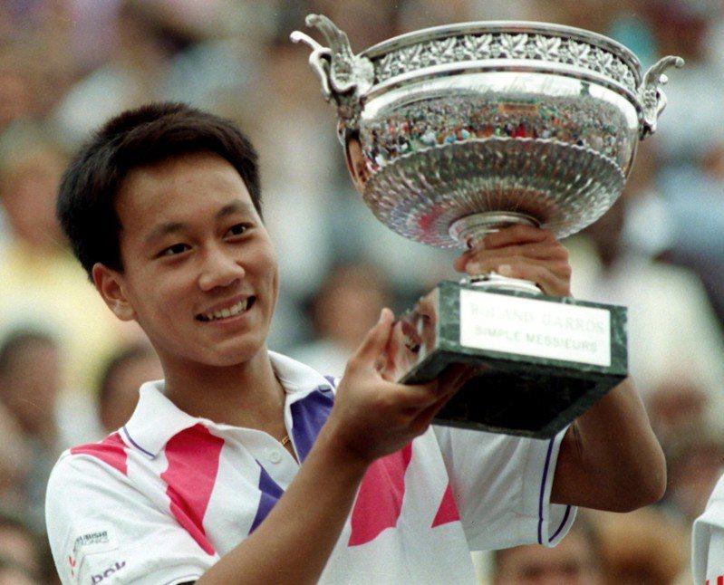 張德培1989年6月11日擊敗瑞典好手艾柏格拿下法網男單冠軍。(美聯社)