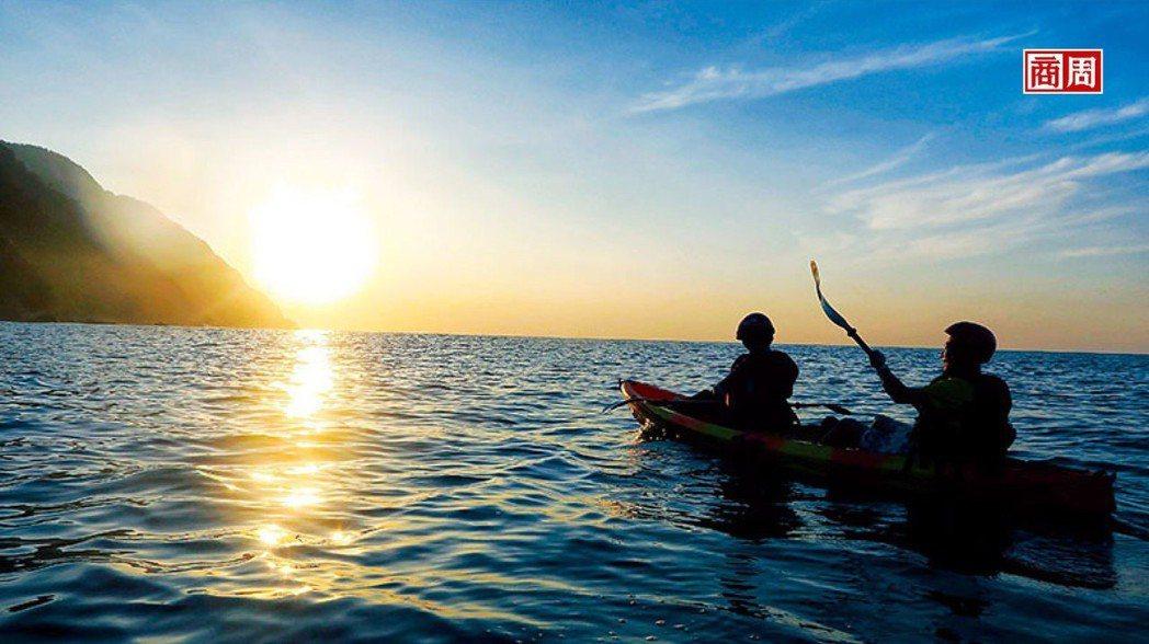 在晨曦光影灑落時分,划行於太平洋上,隨著浪濤起伏感受大自然的脈動。 圖/瓏山林蘇...