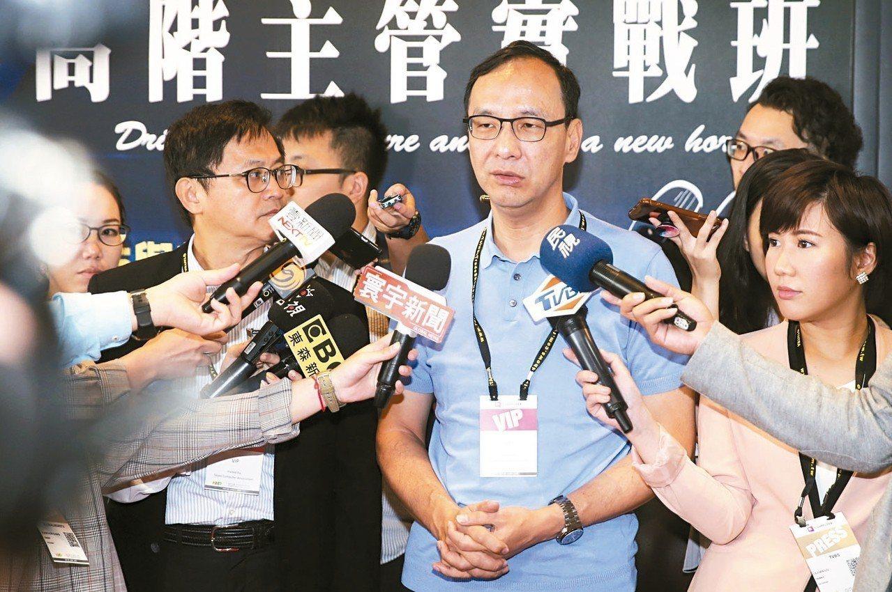 新北市前市長朱立倫(中)上午參觀台北電腦展時表示,無論是讓台北市長柯文哲漁翁得利...