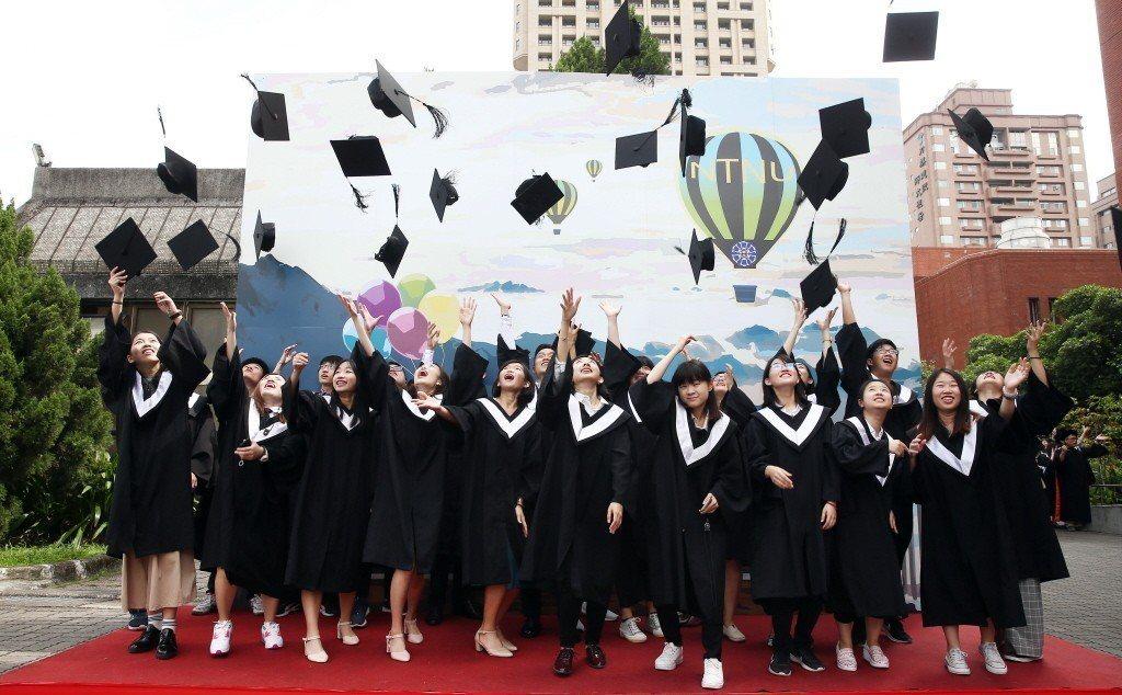 人力銀行調查顯示,有98%新鮮人計畫畢業後立即就業,新鮮人評估平均要投21.6封...