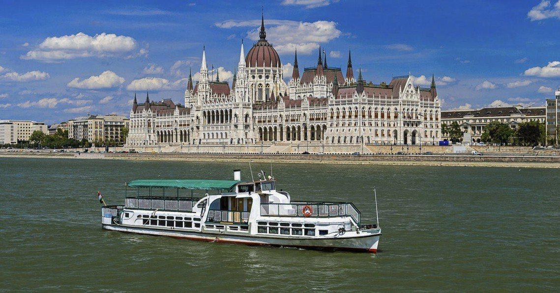 失事的「人魚號」是一艘雙層甲板、可容納45~60名乘客的小型觀光船,其專門航行於...