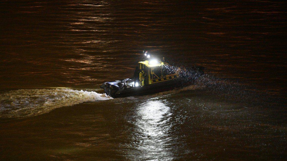 《美聯社》表示,目前多瑙河水溫大約在10°C上下、屬於失溫症的危險範圍。考慮到落...