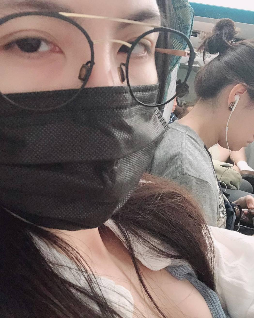 魏蔓自拍照讓旁邊乘客也入鏡,不過網友卻發現右下角有亮點。 圖/擷自魏蔓臉書