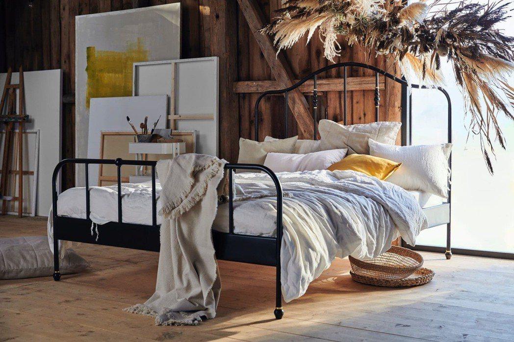 床框不只支撐床墊,更是決定臥室風格的關鍵主角,選擇一個美麗床框再搭配不同款式的布...