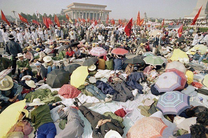 北京大學學生絕食第四天,攝於1989年5月16日,北京天安門。 圖/美聯社
