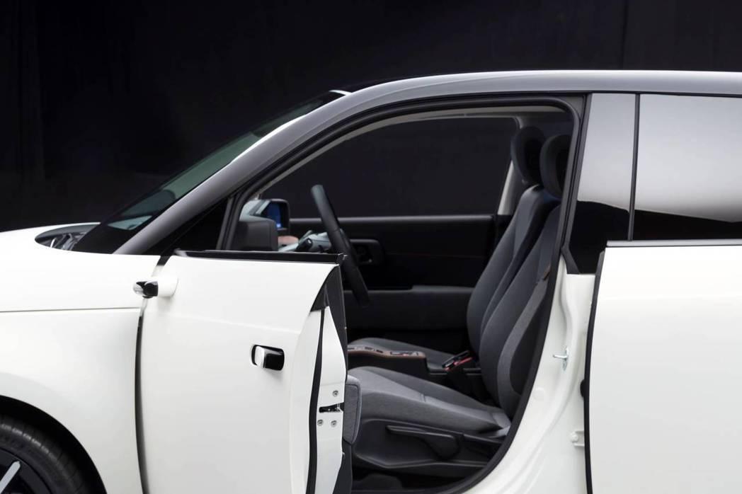 數位後視鏡與隱藏式車門把手設計都是Honda e的標配項目。 摘自Honda