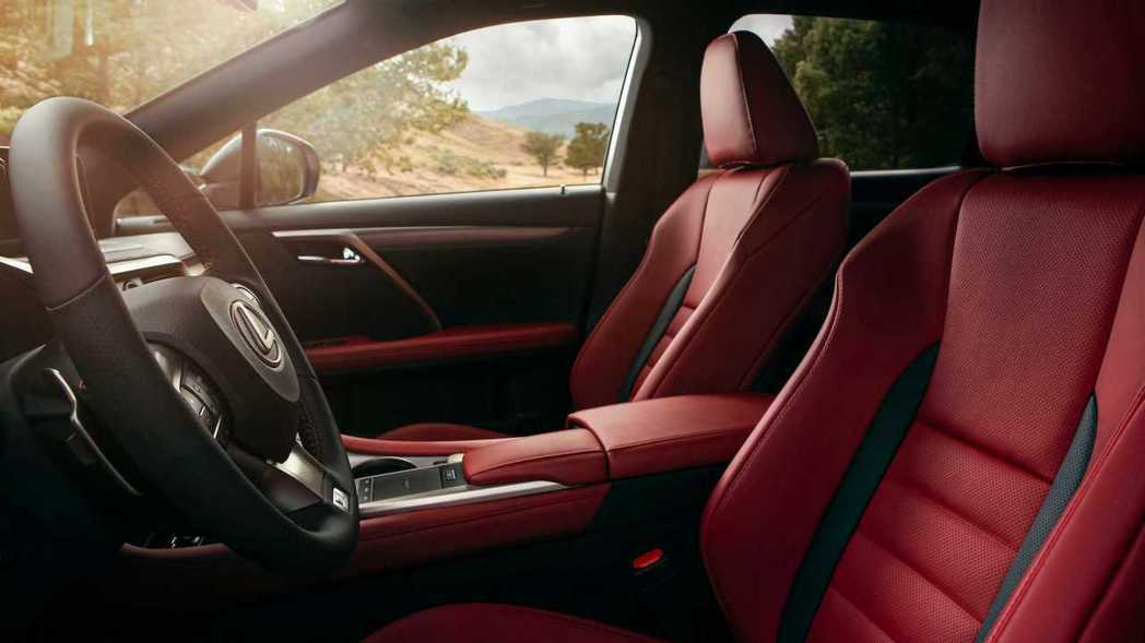 F SPORT版本可選富性能味的紅色內裝組合。 摘自Lexus