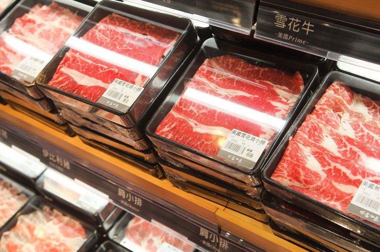祥富水產提供有肩小排、伊比利豬、雪花牛等多種肉品選擇。記者陳睿中/攝影