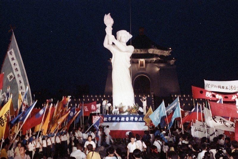 台灣學生及民眾以民主女神像回應天安門事件,攝於1989年6月5日,國父紀念館。 圖/聯合報系資料照