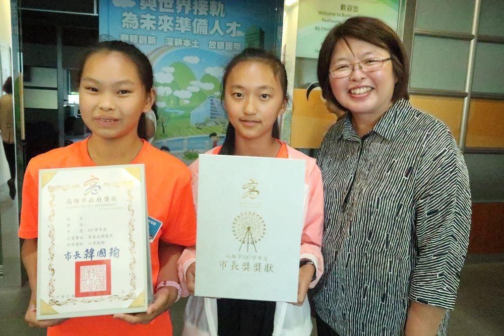 甲仙國小市長獎得主詹偲敏(左)表示,摩天輪代表了希望與夢想,獲得議長獎學生陳君婷...