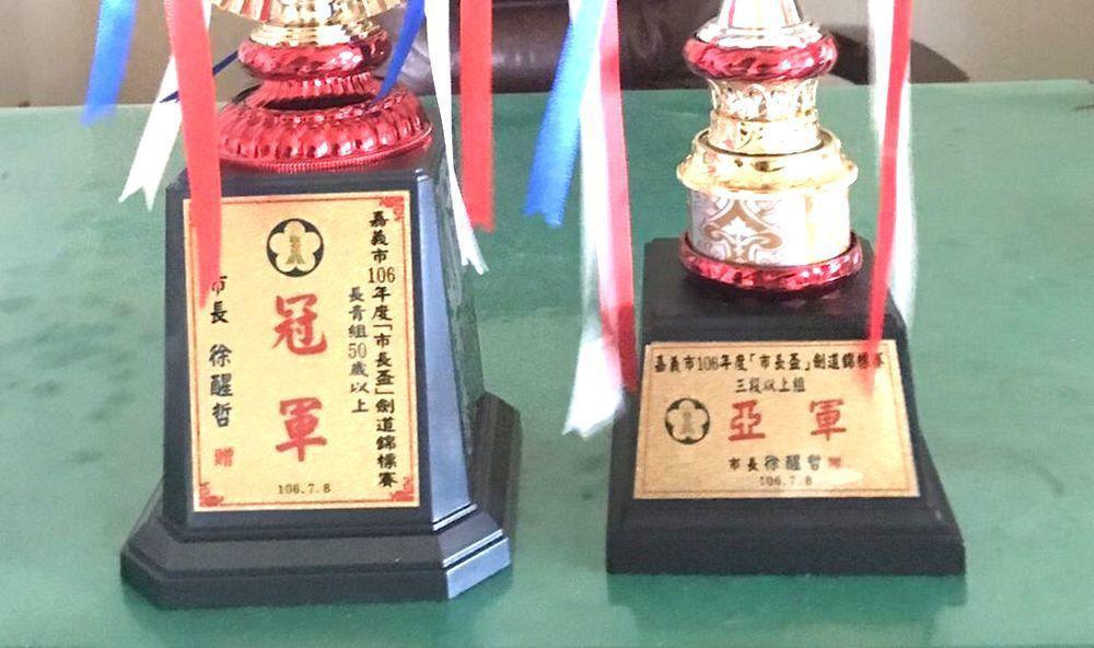嘉義市2年前舉辦「市長杯」劍道錦標賽,獎盃竟把時任市長「涂」醒哲的名字,印成「徐...