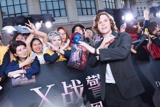 電影「X戰警:黑鳳凰」在北京舉辦首映會,主角群包括蘇菲坦納、詹姆斯麥艾維、麥可法斯賓達、伊凡彼得斯、泰謝瑞丹、導演賽門金柏格以及監製哈奇帕克竟皆出席活動,現場擠滿2500名粉絲共同狂歡,詹姆斯、麥可...