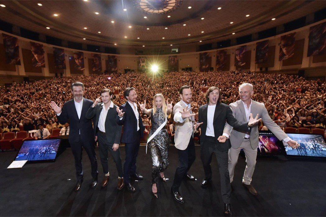 導演賽門金柏格(左起)、泰謝瑞丹、詹姆斯麥艾維、蘇菲坦納、麥可法斯賓達、伊凡彼得...