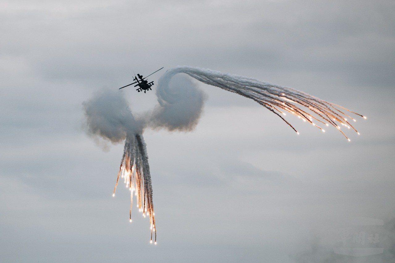 AH-64直升機發射火焰彈。圖/軍聞社