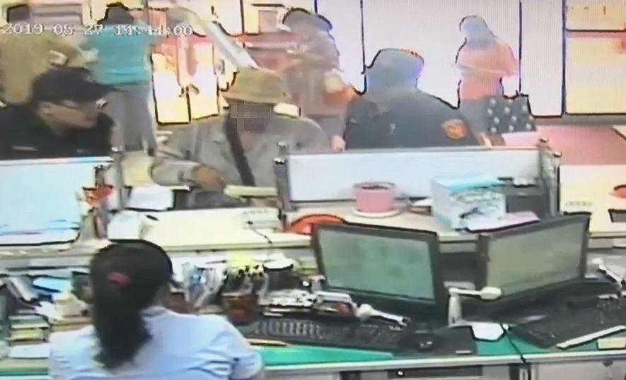 台銀新竹分行行員及保七員警勸阻老翁1個多小時,才阻止老翁受騙。記者黃瑞典/翻攝