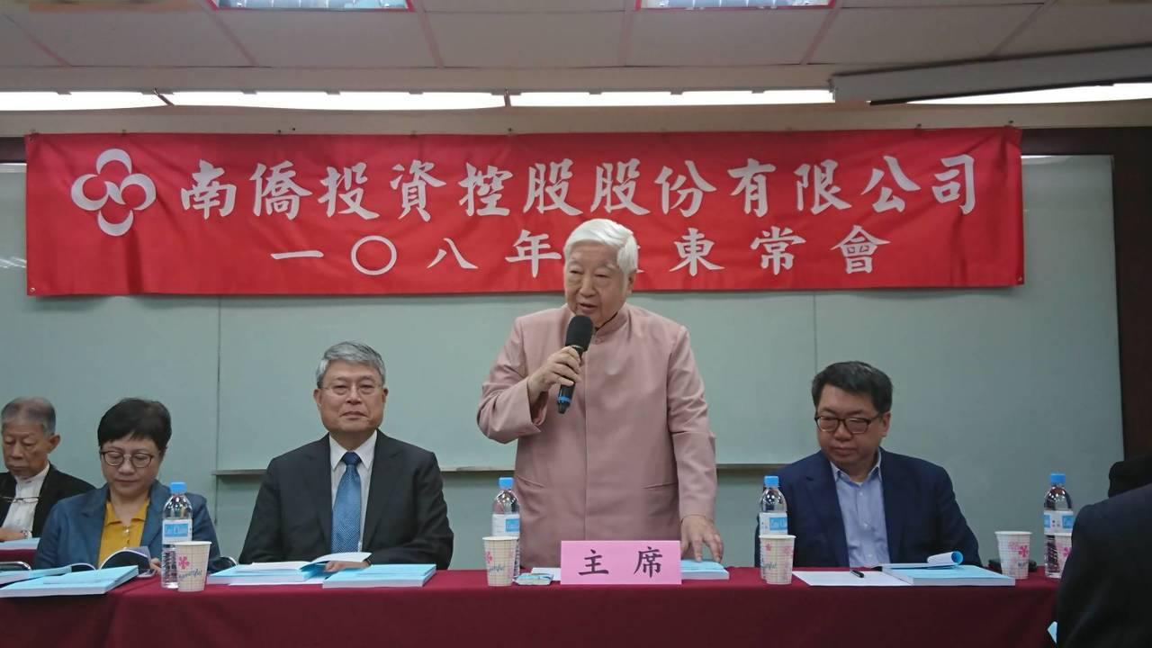 南僑今(30)日股東會集團會長陳飛龍看好未來營運展望。 記者黃淑惠/攝影