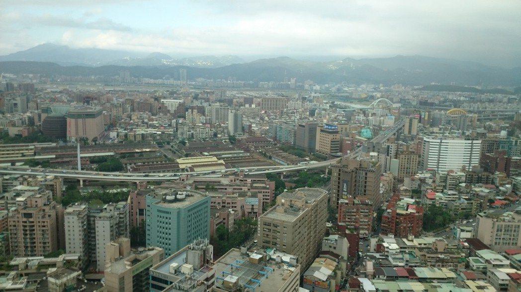 若是坐擁台北市門牌,需背負1,600萬元房貸,按照基本工資試算,低薪族要不吃不喝...
