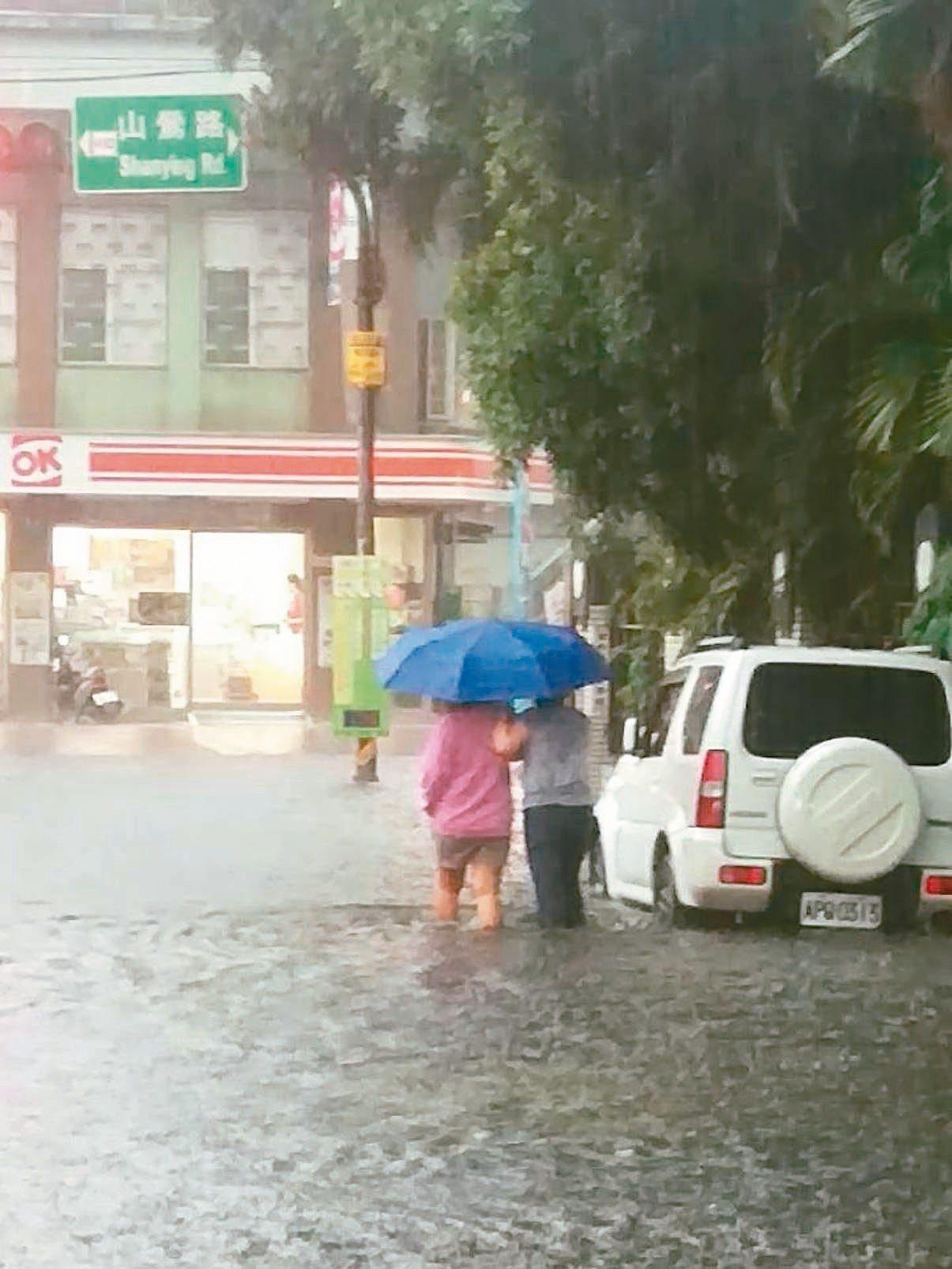 桃園龜山昨天上午瞬間豪雨,包括機捷A8站、興業街一帶再度淹水,積水最深達30公分...