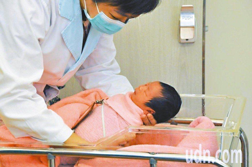 新生兒篩檢可及早發現症狀不明顯的先天性代謝異常疾病,衛福部國健署擬將新生兒篩檢項...