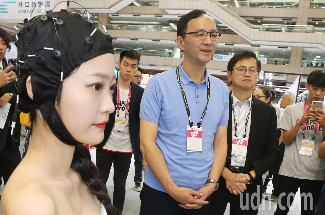 朱立倫(中)上午前往台北世貿參觀「台北電腦展AWS 創新科技」。記者曾學仁/攝影