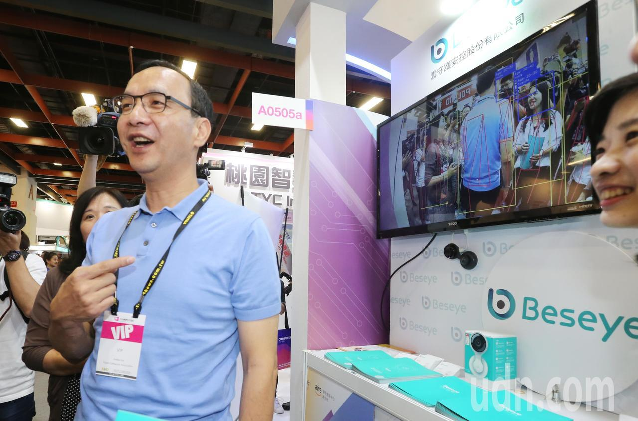 朱立倫(左)上午前往台北世貿參觀「台北電腦展AWS 創新科技」。記者曾學仁/攝影