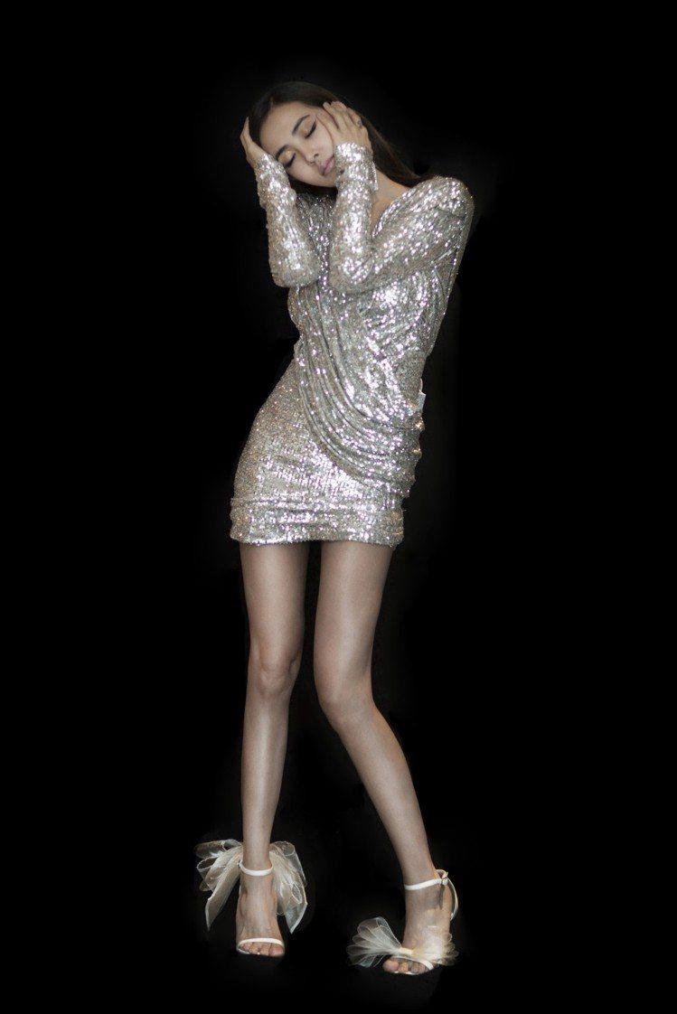 蔡依林日前在大陸演出時以一身銀色禮服樣式小洋裝搭配Jimmy Choo最新的Av...