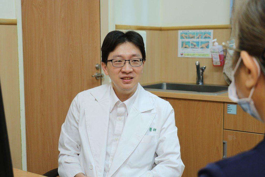 台中慈濟醫院胸腔外科醫師柯志霖表示,肺癌位居台灣十大癌症第一位,早期沒有明顯症狀...