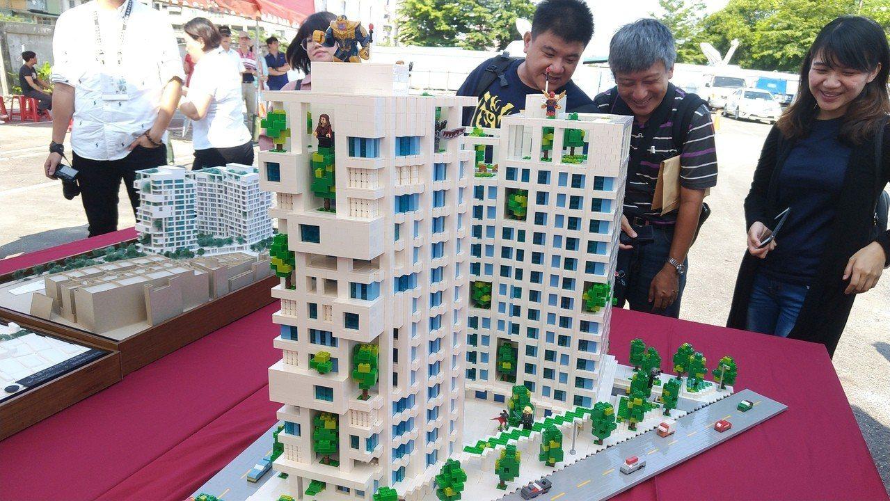 高市都發局下午舉行南台灣首座新建社會住宅「機11」開工典禮,現場擺放的「機11」...
