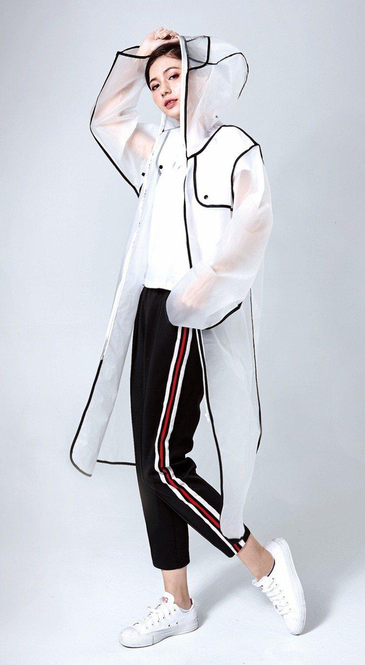 統一時代台北店推出會員卡單筆消費滿800元扣除點數8點,即可兌換「潮透明雨衣」。...