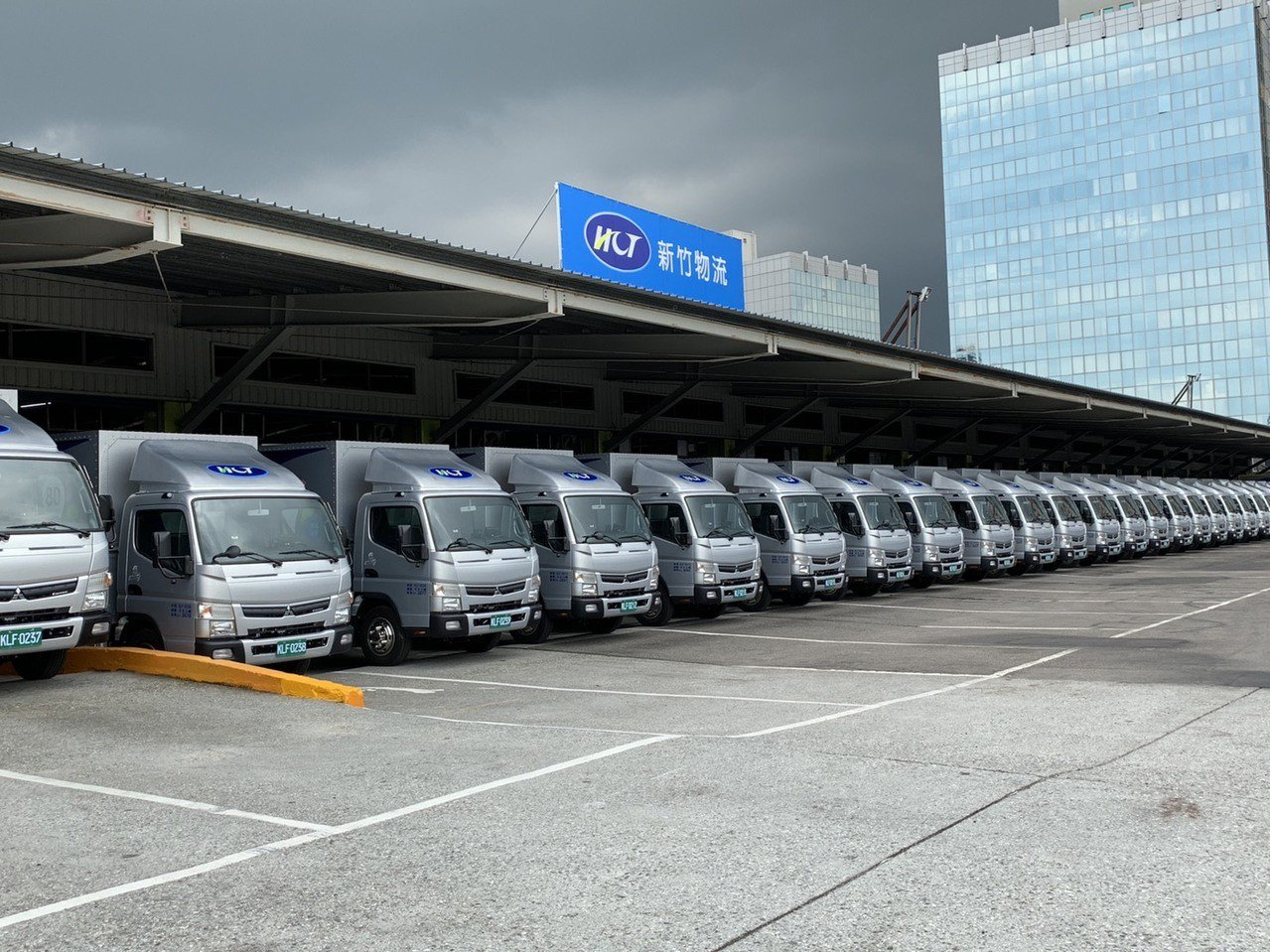 新竹物流擁有3500輛大型車隊,近年積極配合汰舊換新。記者張曼蘋/攝影