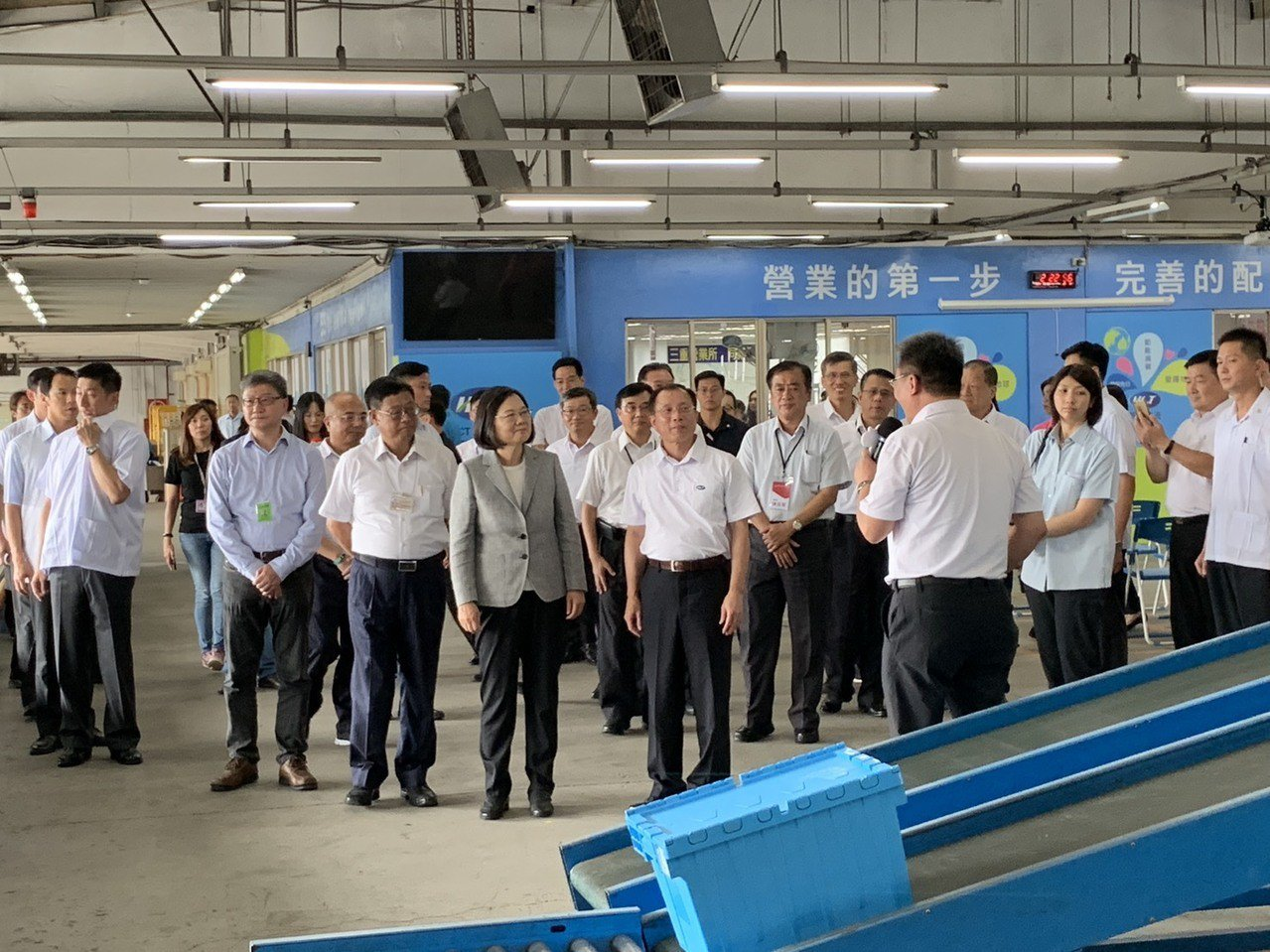 總統蔡英文今赴新竹物流三重營業所,聆聽物流公司流程。記者張曼蘋/攝影