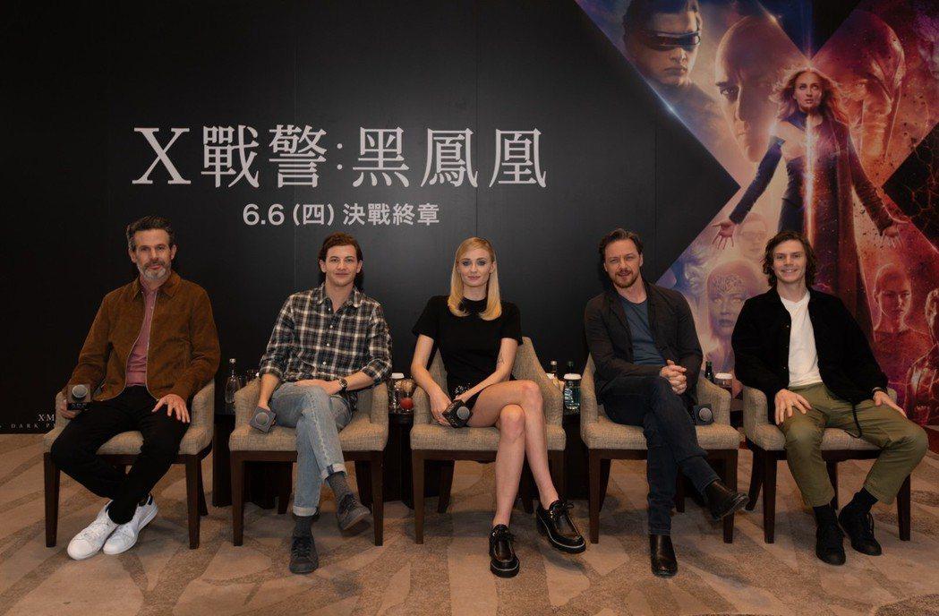 導演賽門金柏格(左起)、泰謝瑞丹、蘇菲坦納、詹姆斯麥艾維、伊凡彼得斯出席「X戰警