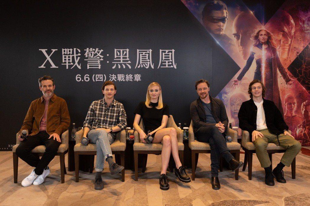 導演賽門金柏格(左起)、泰謝瑞丹、蘇菲坦納、詹姆斯麥艾維、伊凡彼得斯出席「X戰警...