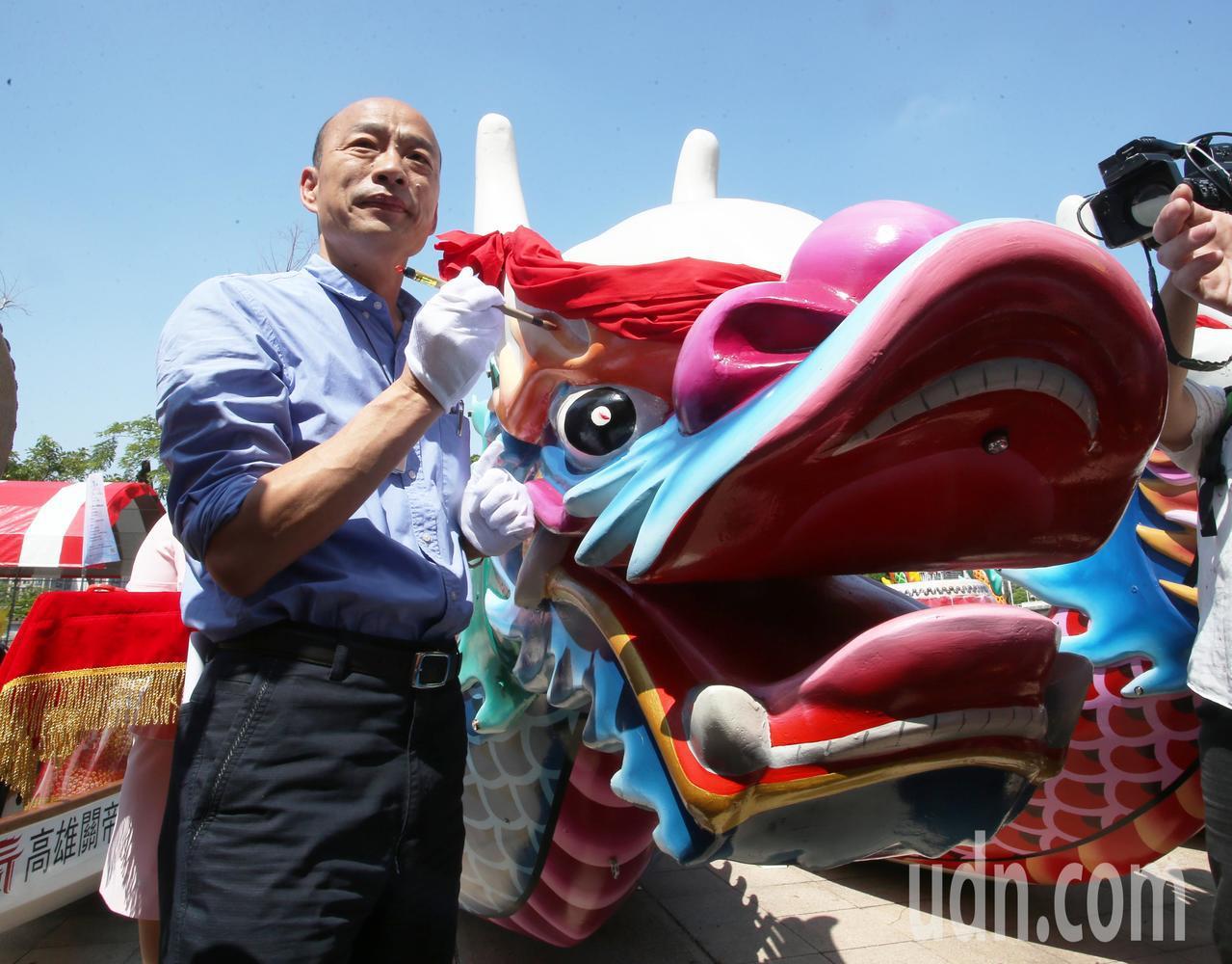 高雄市長韓國瑜為2019高雄愛河端午龍舟嘉年華24艘龍舟點睛。記者劉學聖/攝影