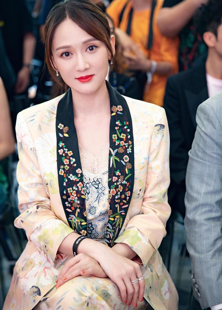 陳喬恩出席於上海的時尚活動,以帶有刺繡裝飾的套裝搭配De Beers鑽石,十分吸...