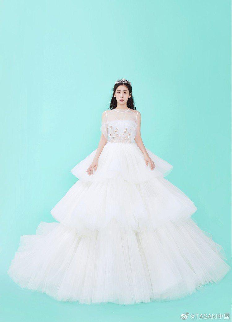 張碧晨以白色禮服搭配TASAKI的經典Tiara Mermaid 鑽石珍珠皇冠作...