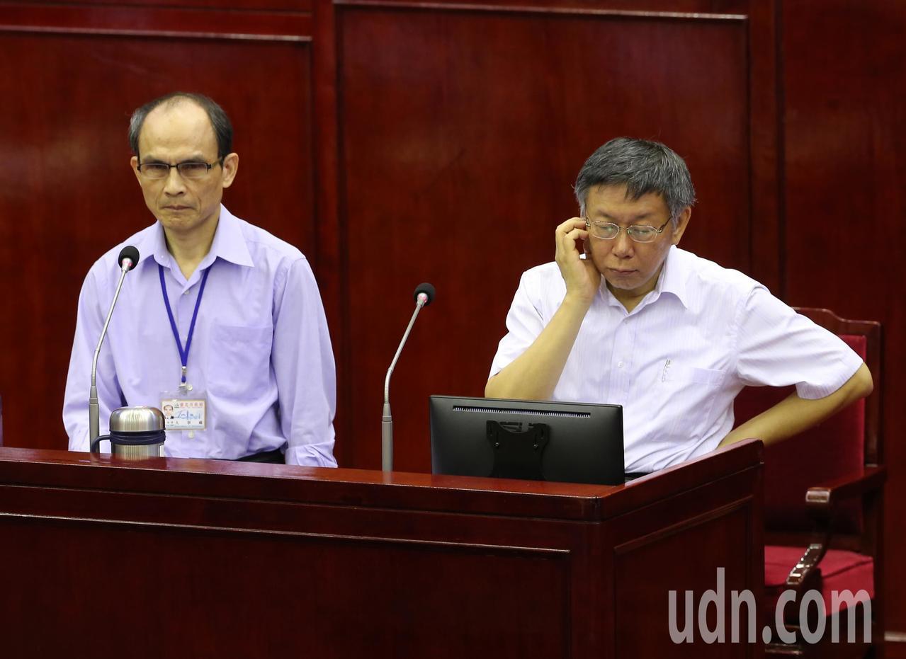 台北市長柯文哲(右)下午在市議會備詢,遭議員質疑其子弟兵一邊領市府薪水、一邊上政...
