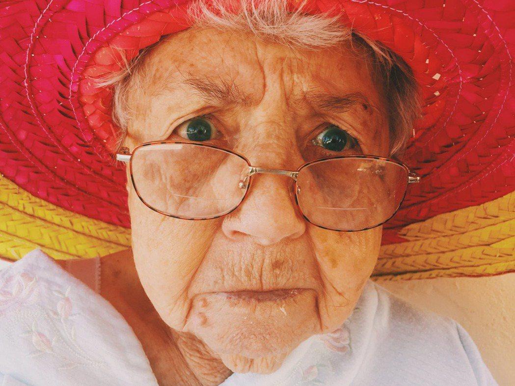 心情不愉快,皺著眉反而讓細胞老化更快。圖/摘自 pexels