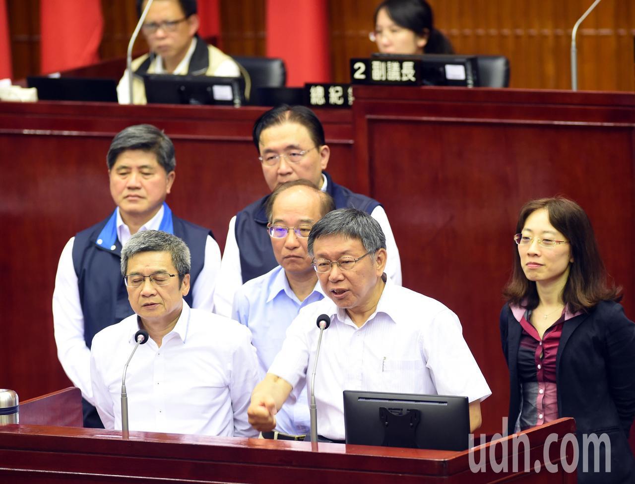 台北市議員簡舒培指控柯親信喬蛋,柯文哲(右二)表示,一個會議這麼多人,如果有不一...