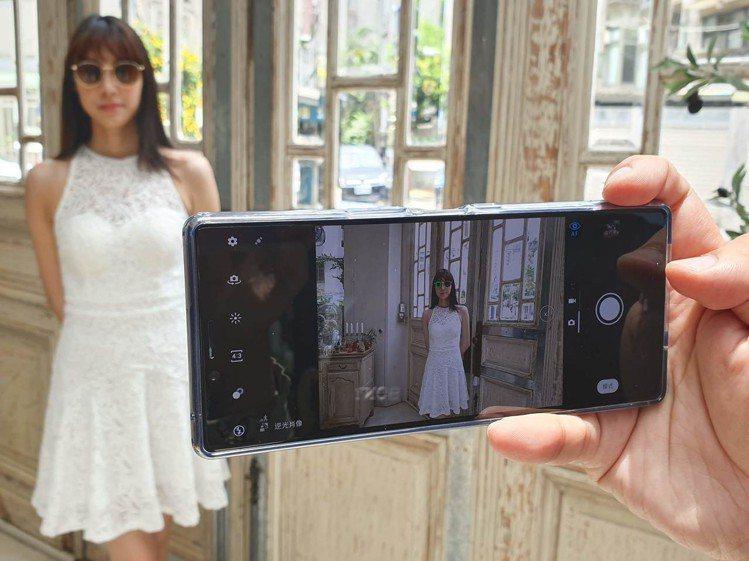 Xperia 1的人眼追蹤對焦功能,連戴墨鏡也能精準跟隨對焦。記者黃筱晴/攝影
