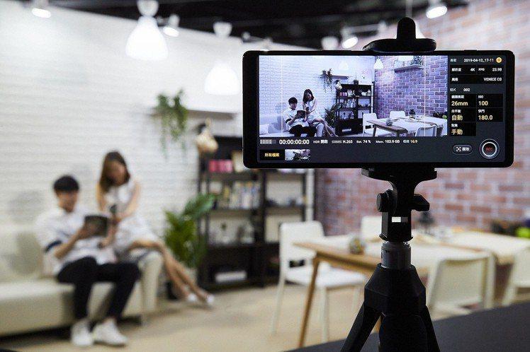 全新Cinema Pro電影級專業錄影功能,可將隨手拍出的影片化為電影質感大片。...