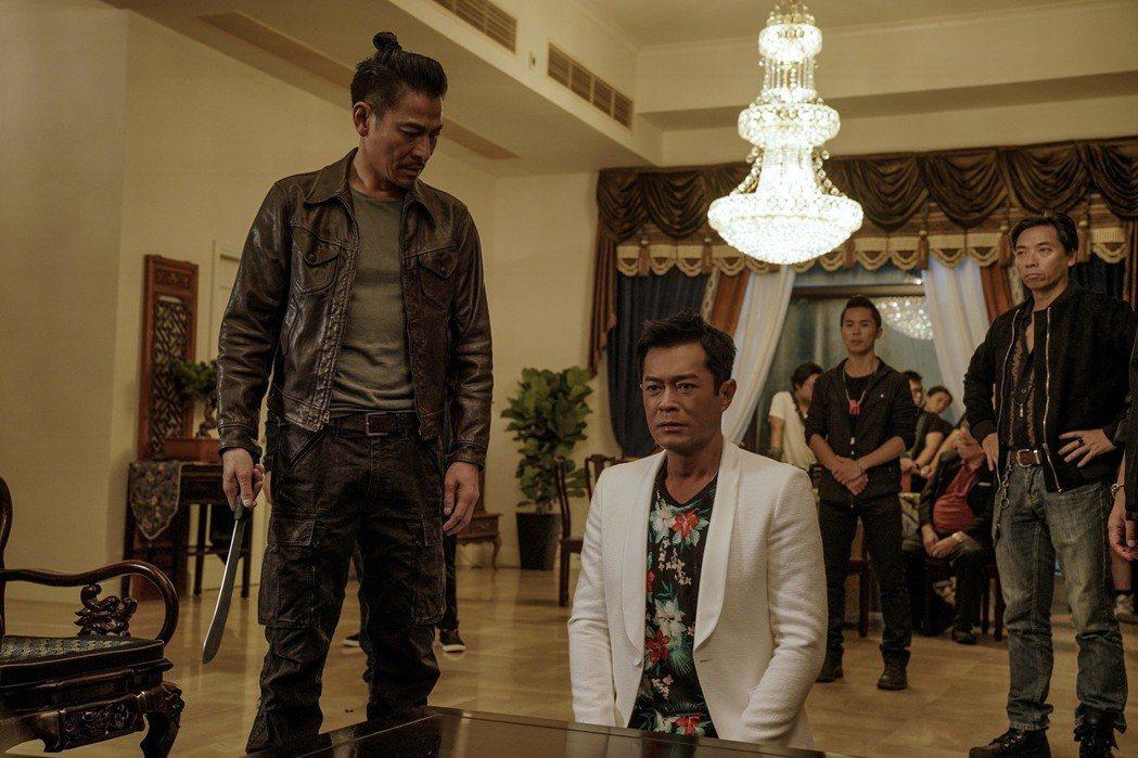 劉德華在「掃毒2 天地對決」拿刀要剁古天樂的手。圖/華映提供