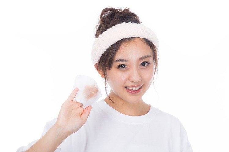 卸妝的時候,也要千萬記得卸乾淨,別怕浪費,以免造成皮膚更多的狀況。圖/摘自 pe...