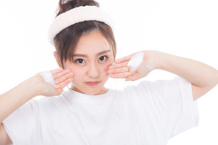 卸完妝洗臉的步驟也非常重要,切記洗臉的量也要更多喔!圖/摘自 pexels