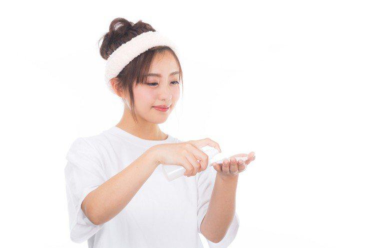 使用化妝水時,用化妝棉讓你用起來更事倍功半。圖/摘自 pexels