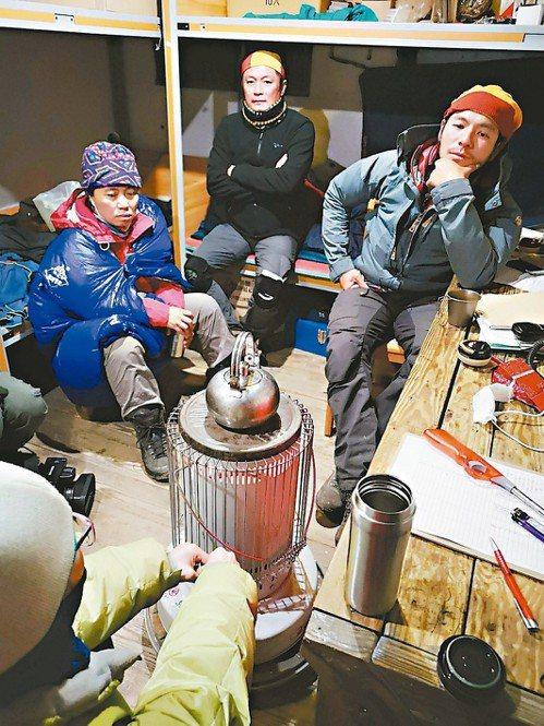 嘉明湖向陽山屋管理員阿克(右)在值勤時遇到山友失溫,他點起煤油爐幫山友維持體溫,...