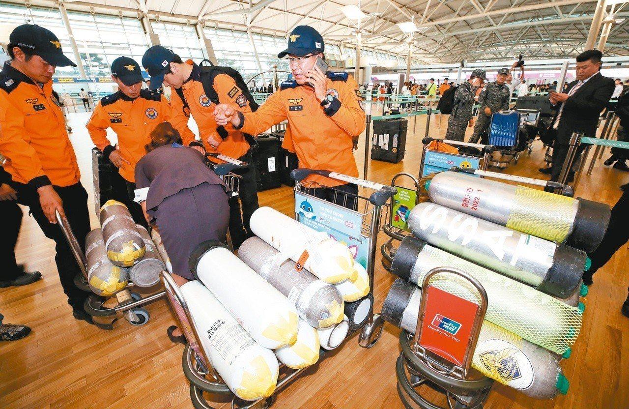 南韓應急處置工作組在仁川機場集合準備前往匈牙利處理船難。(法新社)