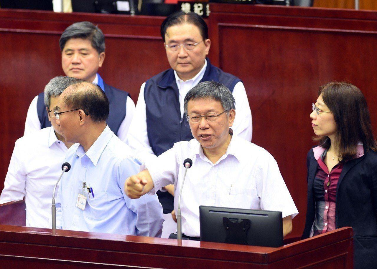 台北市議員簡舒培昨於市政總質詢時播放柯市府「喬蛋」會議錄音,引起市長柯文哲暴怒。...